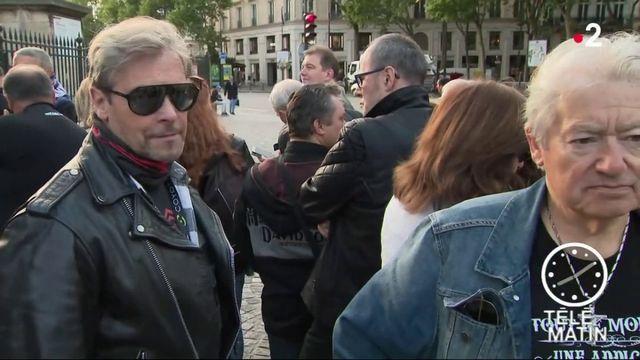 Johnny Hallyday : des milliers de fans lui rendent hommage à la Madeleine