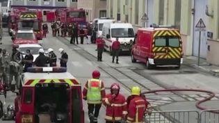 Il aura fallu 14 heures pour maîtriser l'incendie déclaré à bord du sous-marin Perle. Le bâtiment était en cale sèche à Toulon (Var) pour des révisions. (FRANCE 2)