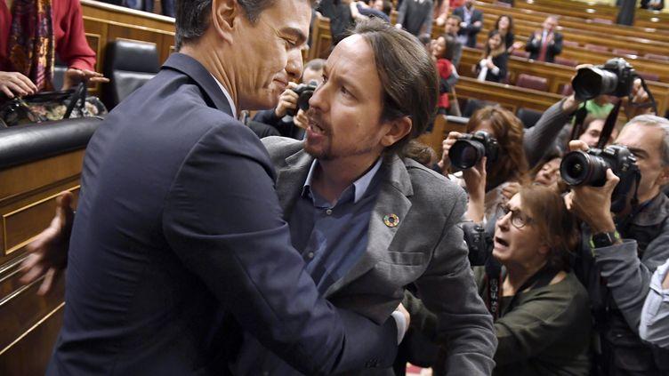 Le Premier ministre espagnol Pedro Sanchez, à gauche, et son allié Pablo Iglesias, leader de Podemos, après le vote au Parlement de l'investiture du premier à la tête d'un nouveau gouvernement, le 7 janvier 2020 à Madrid. (PIERRE-PHILIPPE MARCOU / AFP)