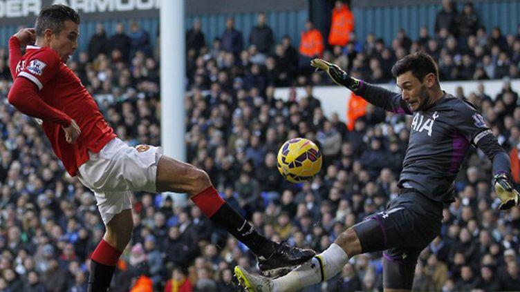 Robin Van Persie (Manchester United) bute sur Hugo Lloris (Tottenham) (IAN KINGTON / AFP)