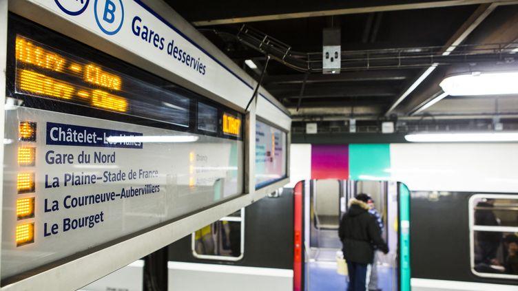 Une rame du RER B à la station Châtelet-les-Halles, à Paris, le 8 mars 2016. (GEOFFROY VAN DER HASSELT / AFP)