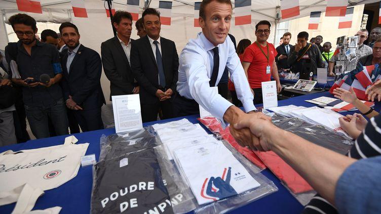 Emmanuel Macron accueille des visiteurs de l'Elysée lors des Journées du patrimoine, le 15 septembre 2018 à Paris. (ANNE-CHRISTINE POUJOULAT / AFP)