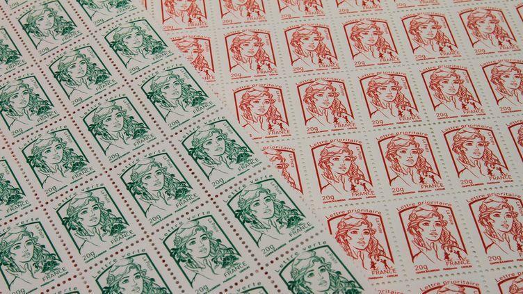 (A partir du 1er janvier 2017, les timbres rouges coûteront 85 centimes et les timbres verts 73 centimes.  © Maxppp / PHOTOPQR)