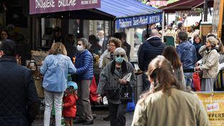 Des Parisiens font leur marché, samedi 2 mai 2020, au 47e jour de confinement. (ALAIN JOCARD / AFP)