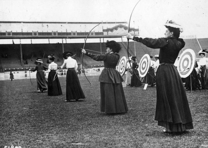 Des femmes archers participant au National Round, en 1908, remporté par la britannique Sybil Queenie Newall. (TOPICAL PRESS AGENCY / HULTON ARCHIVE CREATIVE / GETTY IMAGES)