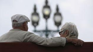 Près de 900 000 retraités veufs ont vu leurs impôts locaux augmenter en 2015. (CHRISTIAN HARTMANN / REUTERS)