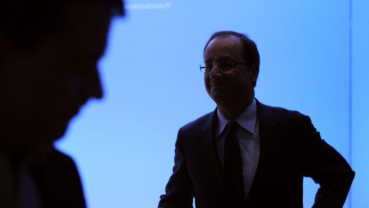 François Hollande s'apprête à s'exprimer sur la perte du triple A français, le 14 janvier 2012, depuis son QG de campagne à Paris. (MIGUEL MEDINA / AFP)