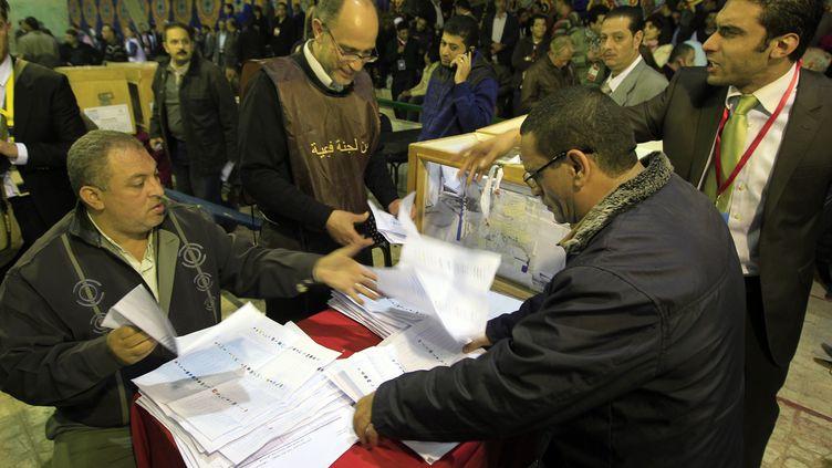 Des Egyptiens votent au Caire le 29 novembre 2011. (MAHMUD HAMS / AFP)
