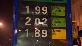 Une station-service affichant le litre de super sans plomb 98 à plus de 2 euros, à Paris, le 14 mars 2012. (CAPTURE D'ÉCRAN FRANCE 2)