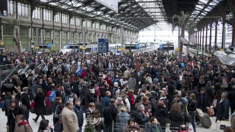 Dans le hall de la gare de Lyon, le 2 janvier 2011, à Paris. (FRED DUFOUR / AFP)