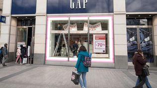 Le magasin Gap, avenue des Champs-Elysées à Paris,annonce sa fermeture, le 25 janvier 2020. (BRUNO LEVESQUE / MAXPPP)