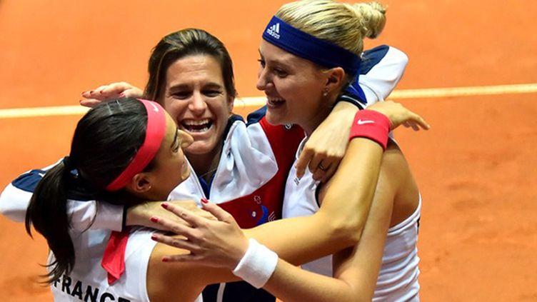 La joie d'Amélie Mauresmo avec ses filles de Fed Cup, Caroline Garcia et Kristina Mladenovic
