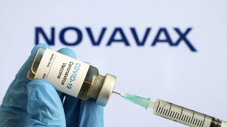 Un flacon du vaccin contre le Covid-19 développé par le laboratoire Novavax. (HAKAN NURAL / ANADOLU AGENCY / AFP)