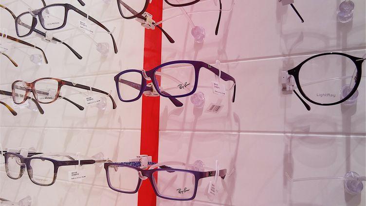 Chez l'opticien, des montures à reste à charge zéro seront proposées pour un prix de 30 euros maximum. (PATRICK LEFEVRE / BELGA MAG / AFP)