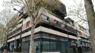 La façade de l'immeuble détruit par un incendie dans le 19e arrondissement de Paris, le 7 avril. (JACQUES DEMARTHON / AFP)