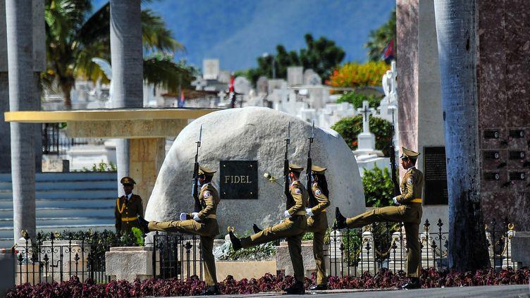 Une garde d'honneur reste au tombeau du dirigeant cubain Fidel Castro à Santiago de Cuba le 4 décembre 2016. (YAMIL LAGE / AIN)