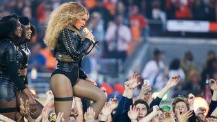 """Beyoncé interprète sa chanson """"Formation"""" à la mi-temps du Super Bowl, le 7 février 2016.  (SIPANY/SIPA)"""