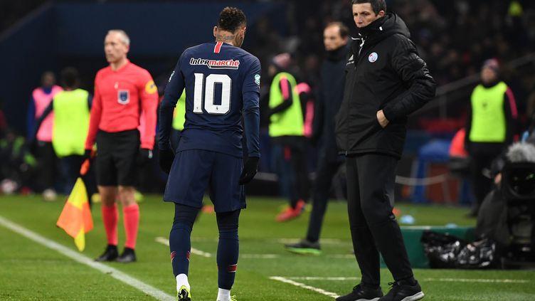 Neymar quitte le terrain, après sa blessure au pied. (FRANCK FIFE / AFP)
