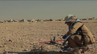 Dans la région de Mossoul (Irak), des femmes s'activent afin de détecter des mines enfouies sous terre. Un travail minutieux à effectuer, des années après le passage de l'État islamique dans la région. Reportage. (France 2)