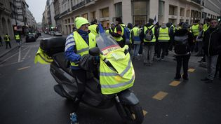 """Des """"gilets jaunes"""" sur les Champs-Elysées, à Paris, samedi 5 janvier 2019. (LUCAS BARIOULET / AFP)"""