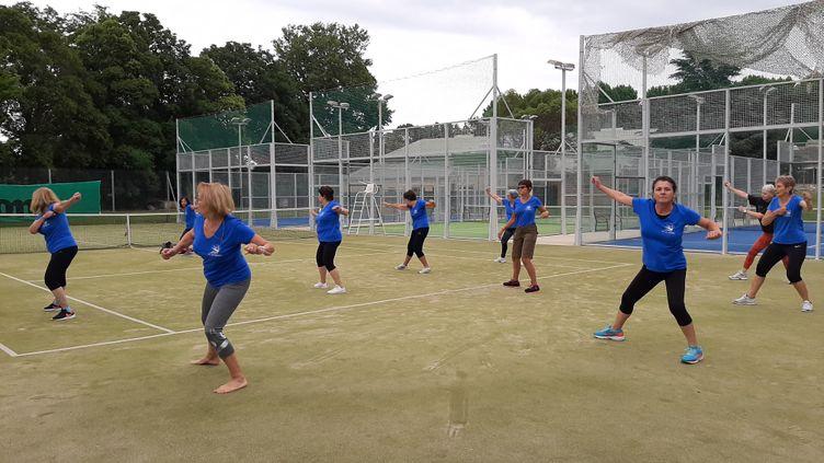 à Saint-Cyprien, des cours de gymont repris à l'extérieur, sur un terrain de tennis, en effectif réduit et avec des mesures sanitaires strictes. (SIMON CARDONA / DIR SPORTS)