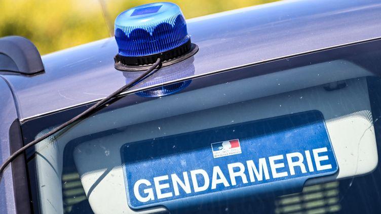 Un véhicule appartenant à la gendarmerie nationale stationné à Calais (Pas-de-Calais), le 12 juillet 2020. (DENIS CHARLET / AFP)