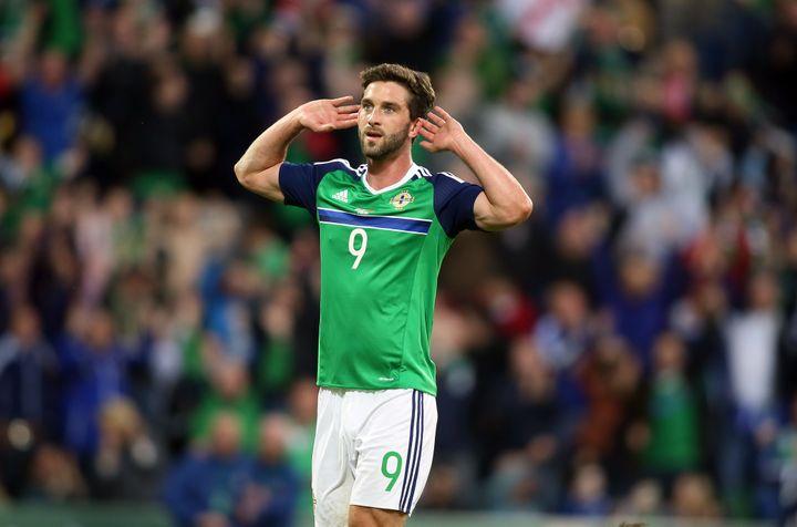 Le footballeur Will Grigg fête son premier but avec l'Irlande du Nord, le 27 mai 2016 à Belfast (Royaume-Uni). (PAUL FAITH / AFP)