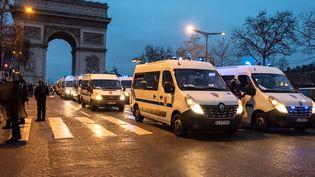 """Des policiers mobilisés sur les Champs-Elysées lors d'une manifestation des """"gilets jaunes"""", le 29 décembre 2018. (KARINE PIERRE / HANS LUCAS / AFP)"""
