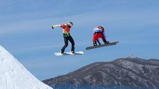 Le Français Pierre Vaultier, à droite, lors de l'épreuve de snowboardcross des JO d'hiver de Pyeongchang, le 15 février 2018. (MIKE BLAKE / REUTERS)