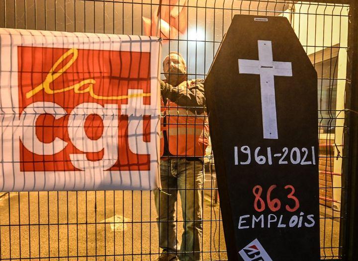 Un employé de Bridgestone manifeste devant l'usine de Béthune(Pas-de-Calais), le 27 novembre 2020. (DENIS CHARLET / AFP)