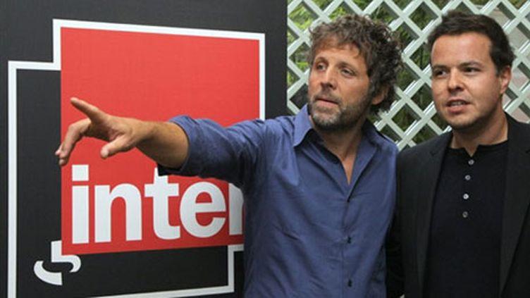 Stéphane Guillon (à gauche), avec l'animateur Nicolas Demorand le 28-8-2009 à Paris (AFP - PIERRE VERDY)