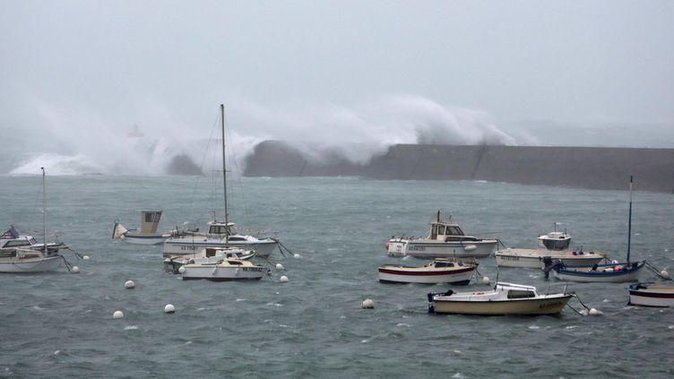 Les bateaux se serrent au fond du port d'Audierne, dans le Finistère, le 23 décembre. (MAXPPP)