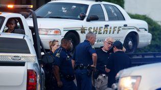 Des policiers sur les lieuxde la fusillade qui a fait trois morts, dimanche 17 juillet 2016 à Bâton-Rouge (Etats-Unis). (SEAN GARDNER / GETTY IMAGES NORTH AMERICA / AFP)