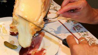 Du fromage à raclette versé sur de la charcuterie. (JEAN FRANCOIS FREY / MAXPPP)