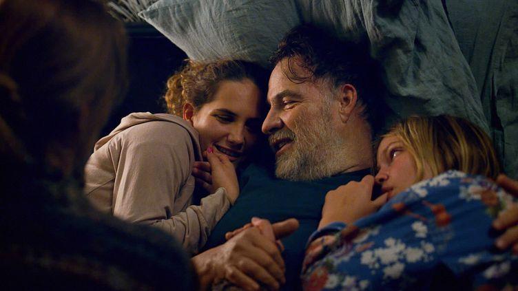 """L'acteur Bouli Lanners joue un père sensible resté seul avec ses deux filles, dans """"C'est ça l'amour"""" de Claire Burger.  (Mars Films)"""