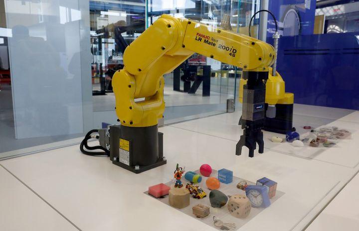 """Une pince robotique de l'exposition """"Robots"""" à la Cité des sciences et de l'industrie (mars 2019)  (FRANCOIS GUILLOT / AFP)"""