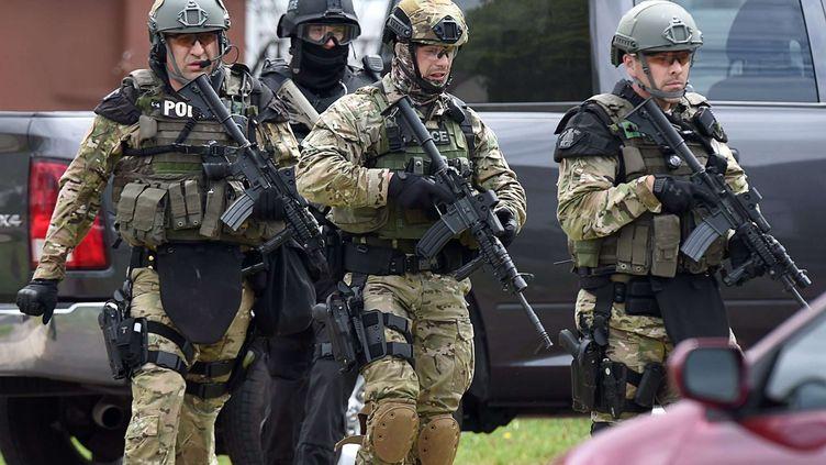 Les forces de l'ordre à la recherche de l'auteur présumé d'une fusillade, à Moncton (Canada), le 5 juin 2014. (ANDREW VAUGHAN / AP / SIPA)