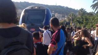 Des usagers de la SNCF bloquent les voies à Nice (Alpes-Maritimes) pour exprimer leur mécontentement. (FRANCE 3)