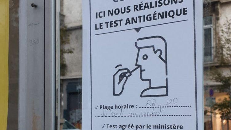Tests antigéniques pour le dépistage du Covid-19 en pharmacie. Photo d'illustration. (LAURENT GALLIEN / FRANCE-BLEU ISÈRE)