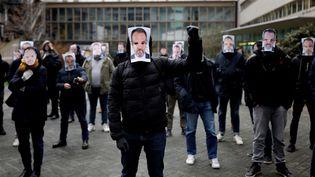 Des salariés de Canal+ apportent leur soutien à Stéphane Guy, le commentateur licencié, le 5 janvier 2021 devant le siège du groupe à Boulogne-Billancourt (Hauts-de-Seine). (THOMAS COEX / AFP)