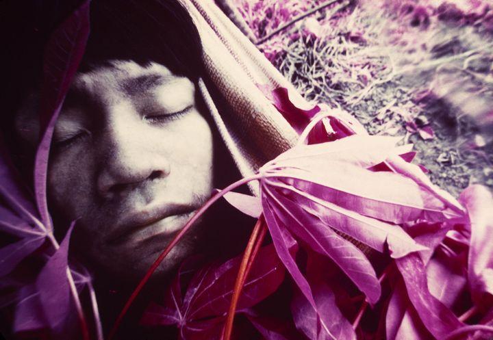 """""""Jeune Wakatha u thëri, victime de la rougeole, soigné par des chamans et des aides-soignants de la mission catholique"""", Catrimani, Roraima, 1976. (© Claudia Andujar)"""