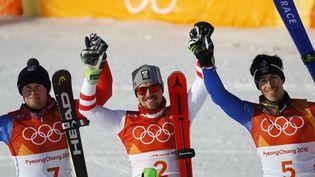 Les skieurs français Alexis Pinturault Victor Muffat-Jeandet autour de l'Autrichien Marcel Hirscher sur le podium du combiné, aux Jeux olympiques de Pyeongchang (Corée du Sud), le 13 février 2018. (LEONHARD FOEGER / REUTERS)