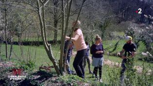 Pour assurer leur autonomie alimentaire en cas d'effondrement, ces jeunes urbains s'initient à la permaculture (COMPLÉMENT D'ENQUÊTE/FRANCE 2)