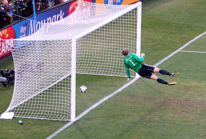 Le but de l'Anglais Frank Lampard contre l'Allemagne, le 27 juin 2010, refusé par l'arbitre. L'Allemagne s'imposera 4-1 à Bloemfontein (Afrique du Sud). (CAMERON SPENCER / GETTY IMAGES)