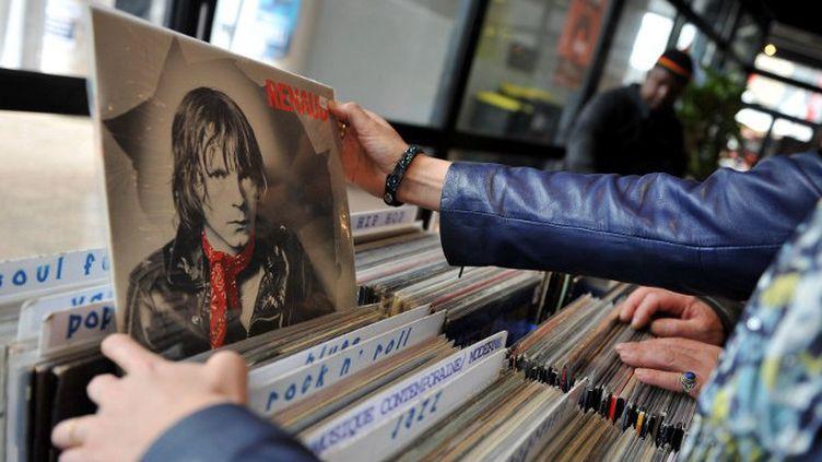 Bac disques vinyl pochette Renaud  (GUILLAUME SOUVANT / AFP)