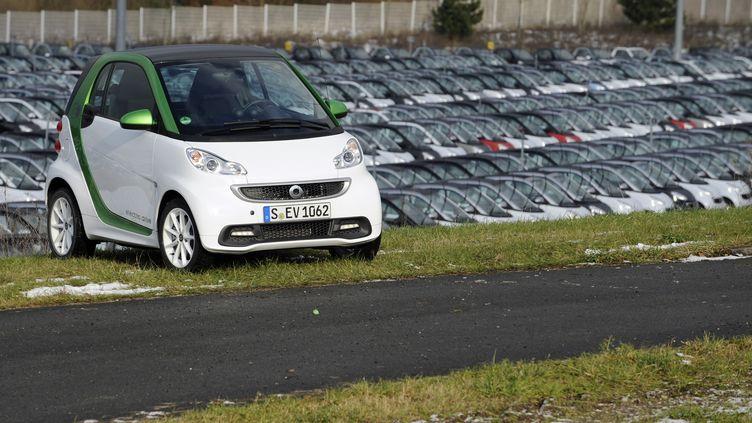 UneSmart Fortwo électrique dans l'enceinte de l'usine d'Hambach (Moselle), le 11 décembre 2012. (JEAN-CHRISTOPHE VERHAEGEN / AFP)
