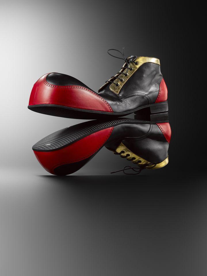 """Exposition """"Marche et démarche. Une histoire de la chaussure"""" : prototype de la paire de chaussures de clowns de Warren Zavatta. Paris, 2009-2010. Maison Clairvoy (MAD PARIS / HUGUES DUBOIS)"""