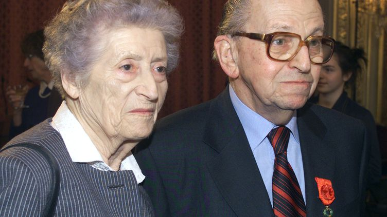 Lucie et Raymond Aubrac à l'Elysée, à Paris,pour une cérémonie de décorations, le 27 mars 2000. (GEORGES GOBET / AFP)