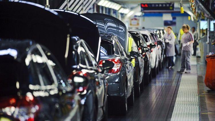 Chaîne de production à l'usine PSA Peugeot Citroën de Sausheim (Haut-Rhin), le 13 avril 2012. (SEBASTIEN BOZON / AFP)