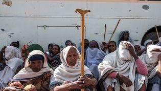 Ces femmes qui ont dû fuir les combats au Tigré attendent une distribution d'aide alimentaire organisée par le gouvernement éthiopien dans la ville d'Alamata, le 11 décembre 2020. (EDUARDO SOTERAS / AFP)